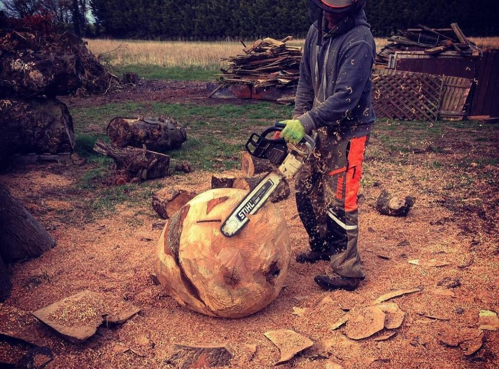Carving out a sphere sculpture in English Ash #chainsaw #blaiseintrees #stihl #chainsawcarving