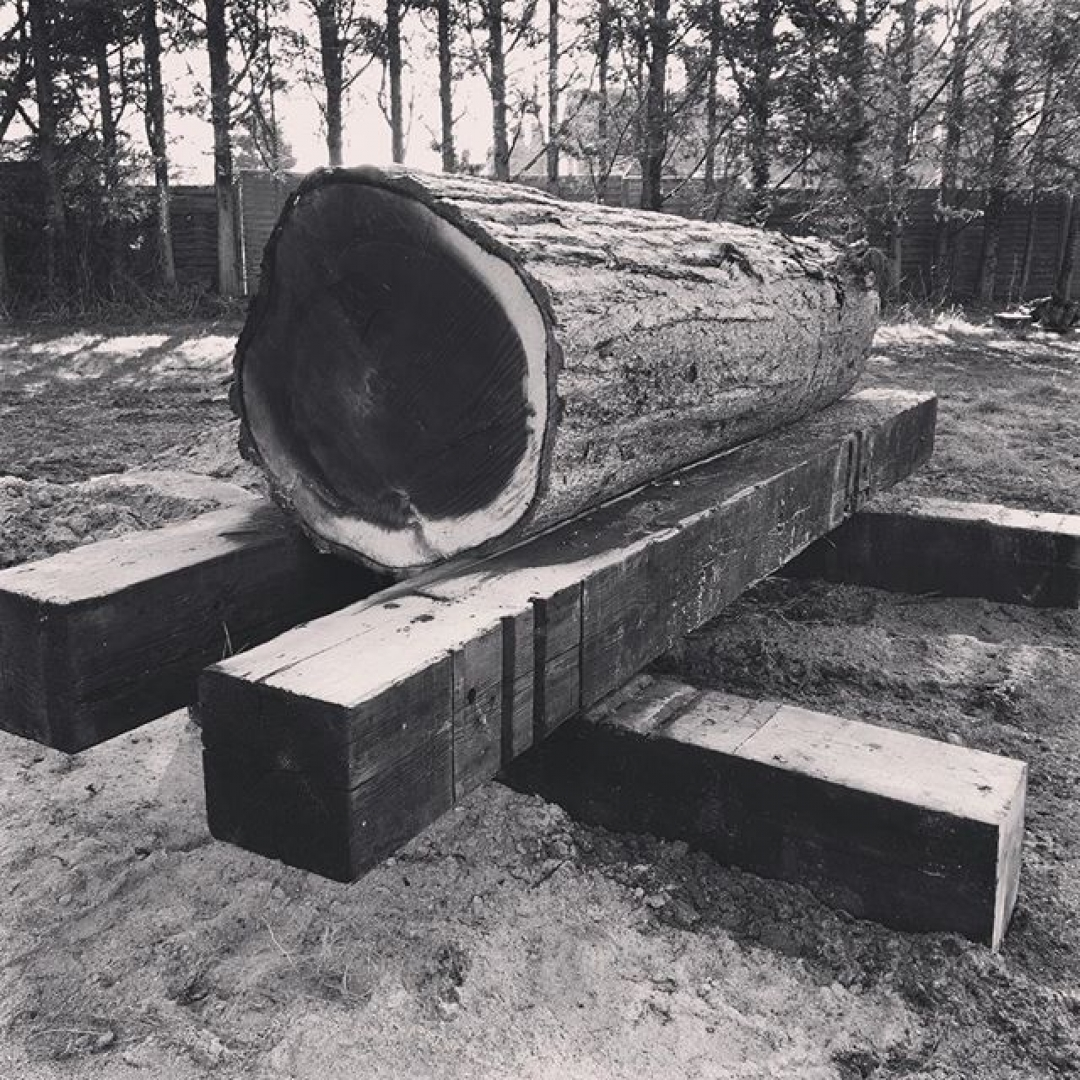I made a log stand for milling, something I have been meaning to do for ages. Much better to bring the work to your height than wreck your back. #sawmillbusiness #alaskanmill #chainsaw #chainsawmill